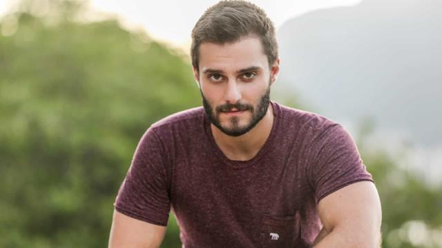 Hugo Bonemer posta nude inusitado após eliminação de Prior