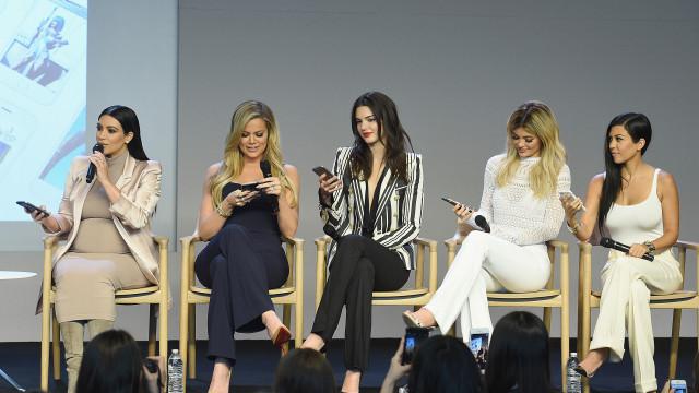 Kardashians postam foto e fãs apontam erros bizarros de edição