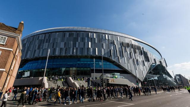 Tottenham inaugura estádio de R$ 5 bi com gramado retrátil e cervejaria