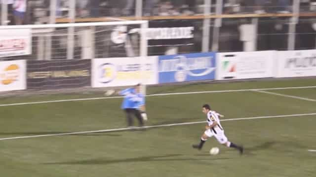 Jogador de futebol marca gol sem tocar na bola!