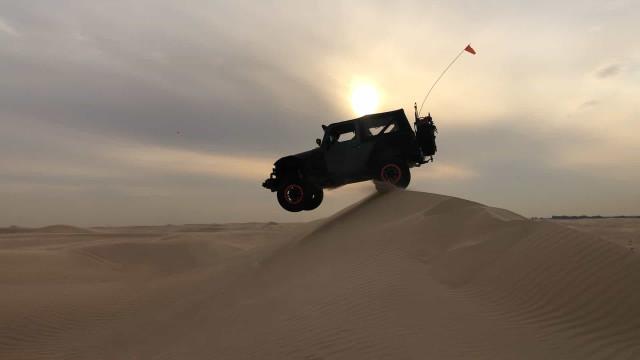 Motorista quase sofre acidente nas dunas do deserto de Dubai