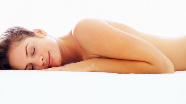 Cinco motivos para dormir sem travesseiro