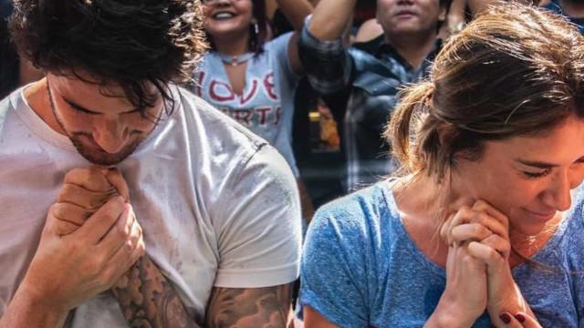 Pato e Rebeca Abravanel são batizados juntos em uma igreja evangélica