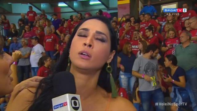 Jaqueline desmaia durante entrevista na final da Superliga de vôlei