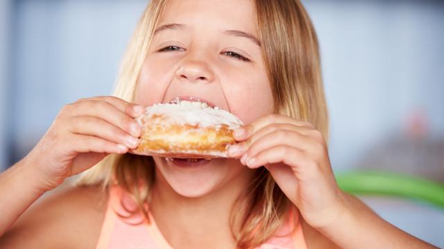 Mito ou fato: O açúcar deixa as crianças hiperativas?