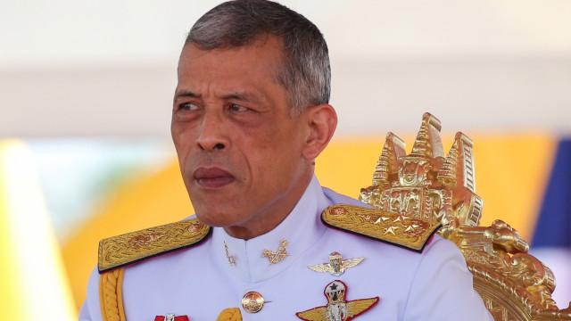 Rei da Tailândia casa secretamente com chefe de sua equipe de segurança