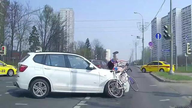 Ciclista é arremessado em violento acidente com automóvel