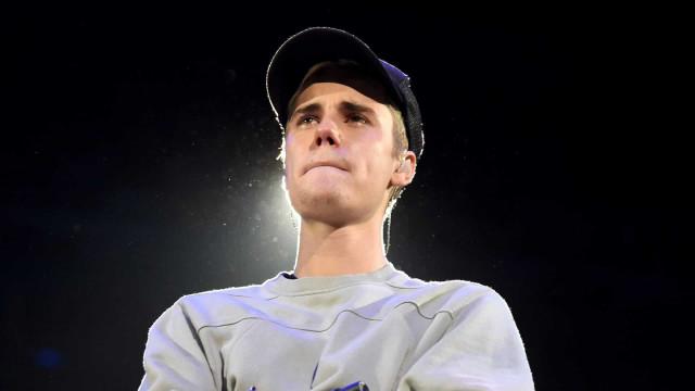 Bieber é visto em igreja e diz estar passando por 'tempos difíceis'