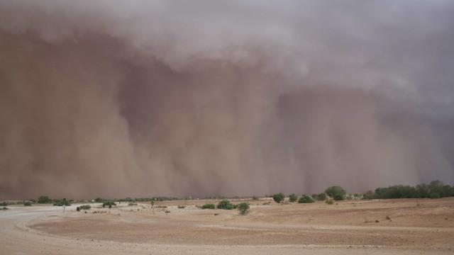 Enorme tempestade de areia filmada em um avião na Austrália
