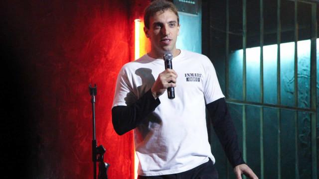 Humorista Léo Lins e namorada se desculpam após polêmica sobre autismo