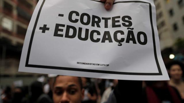 Estudantes protestam no Ministério da Educação contra contingenciamento