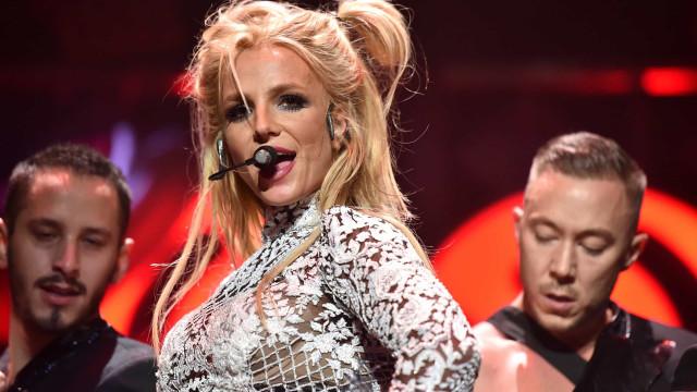 Pai de Britney Spears permanecerá como tutor da cantora, diz justiça