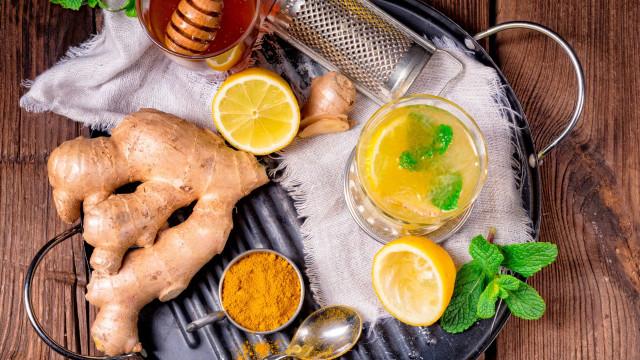 O suco termogênico de gengibre e limão que deve beber todas as noites