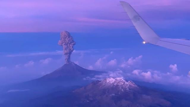 Passageiro de avião flagra momento de erupção de vulcão!