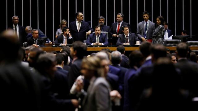 Entre vaias e aplausos a Bolsonaro, parlamentares premiados dançam