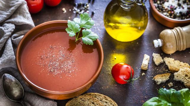Sexta-feira saudável! Faça uma sopa de tomate com lentilhas e espinafres