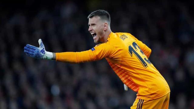 Goleiro Neto é apresentado como reforço do Barça