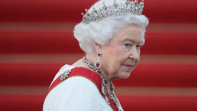 Rainha Isabel II faz doação para ajudar a Cruz Vermelha