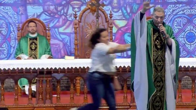 Mulher ataca e joga Padre Marcelo de palco em missa