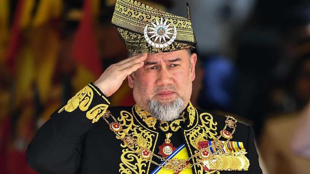 Rei de Malásia que renunciou trono por esposa se divorcia após 7 meses