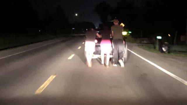 Jovens empurraram carro quebrado por 9 km para ajudar mulher
