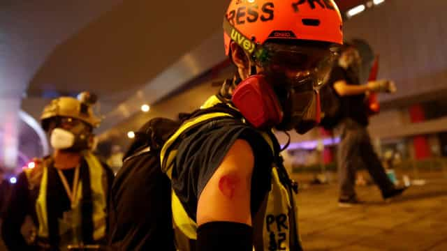 Violência volta a irromper protestos em Hong Kong