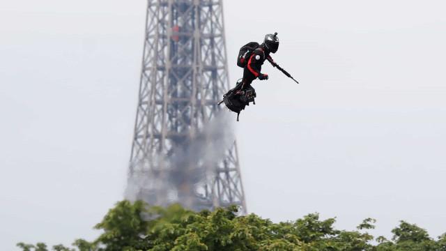 Inventor francês prepara feito inédito com prancha voadora