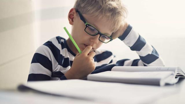 Beber água aumenta a concentração e o 'multitasking' em crianças
