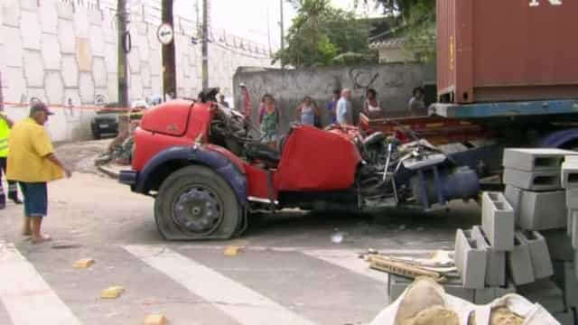 Corpos de vítimas de queda de viaduto no Rio são retirados de ferragens