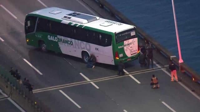 Homem mantém reféns em ônibus na Ponte Rio-Niterói
