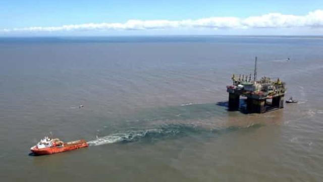 Navio na Bacia de Campos fica estável e mancha de óleo no mar diminui