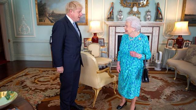 Rainha diz 'sim' a pedido de Boris Johnson para suspender parlamento