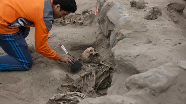 Ossadas de 227 crianças sacrificadas encontradas no Peru