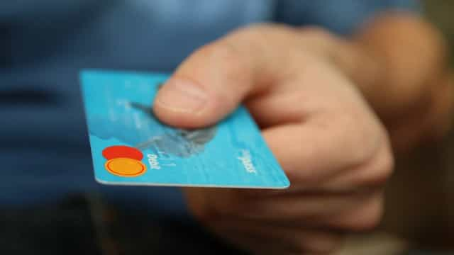 Juro do rotativo do cartão sobe em janeiro para 329,3% ao ano, diz BC