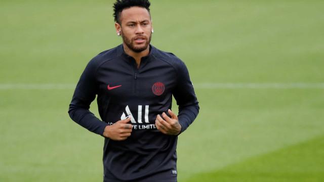 Irritado com reserva, Neymar adota silêncio no PSG