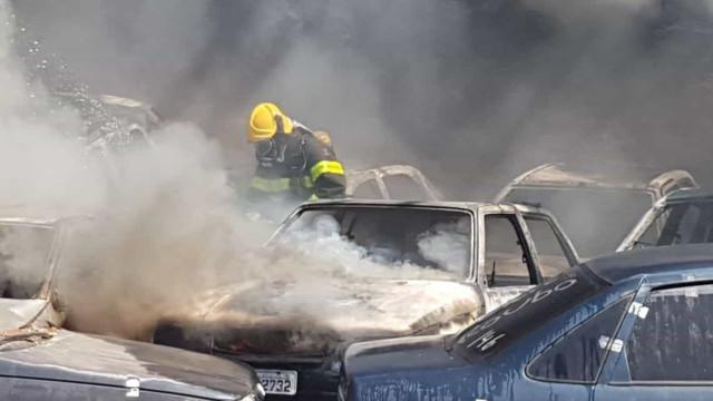 Cerca de 30 carros pegam fogo em pátio de apreensão veicular em BH