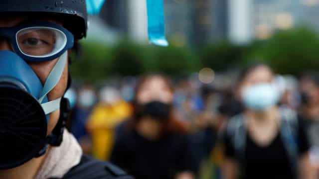 Polícia invade universidade com ativistas em Hong Kong