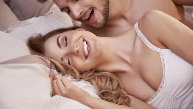Noites quentes. Oito razões médicas para fazer sexo todos os dias