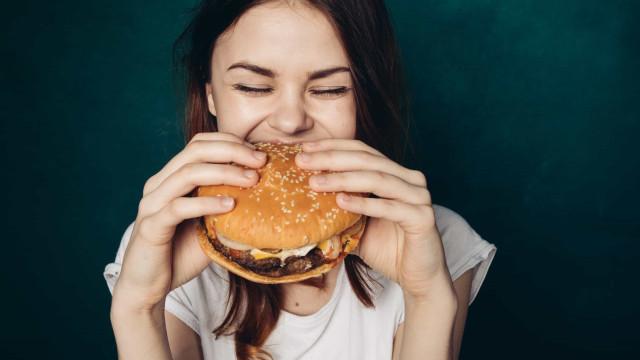 Não consegue parar de comer 'junk food'? A ciência descobriu porquê