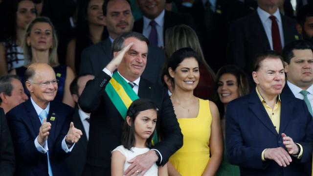 Bolsonaro interrompe desfile militar e faz gesto de apoio a Moro
