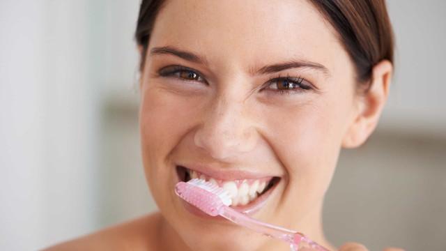 Com que frequência deve trocar a escova de dentes?