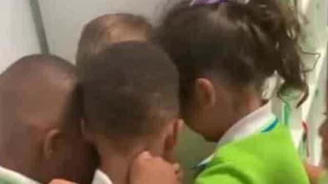 Após furacão, menino é recebido por colegas com caloroso abraço