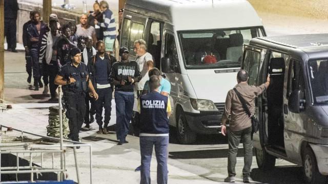 Novo governo da Itália autoriza desembarque de 82 imigrantes
