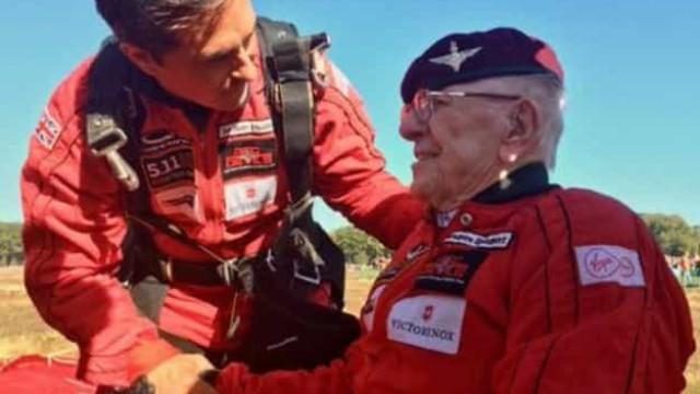 Veterano de guerra de 97 anos salta de paraquedas sobre a Holanda
