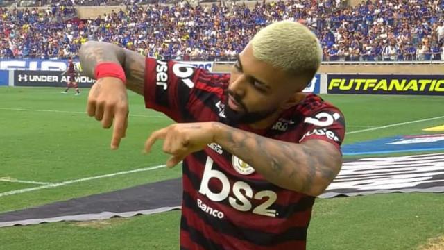 Atacante do Flamengo usa Libras para comemorar gol