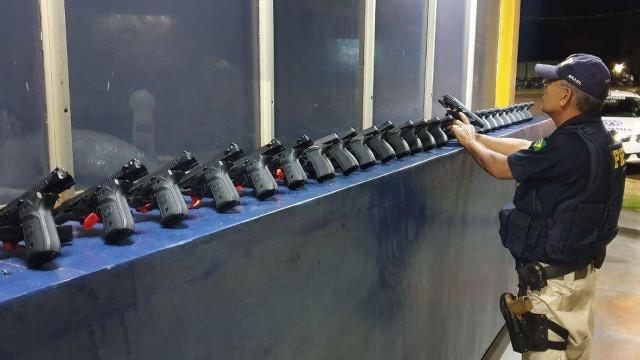PRF apreende 29 pistolas em um carro na BR 277 no Paraná