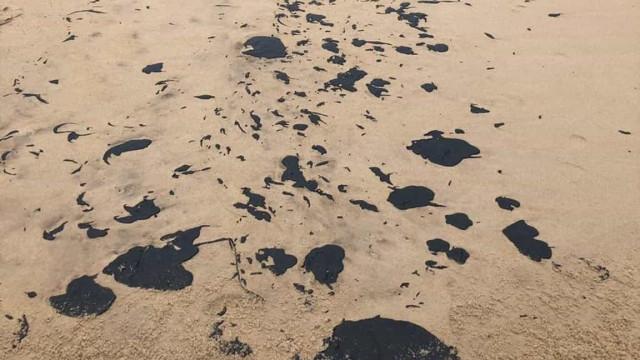 Manchas de óleo fecham 17 praias para banho