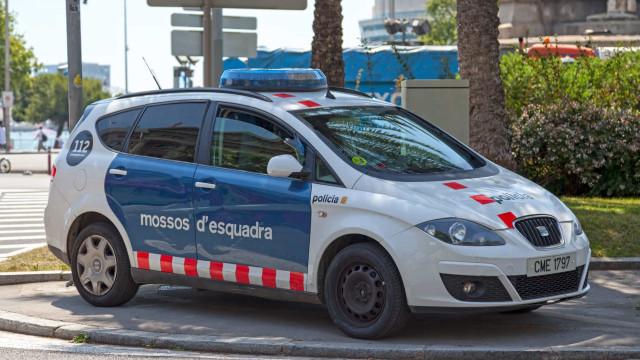 Mulher corta pênis de suposto agressor sexual em bar de Barcelona