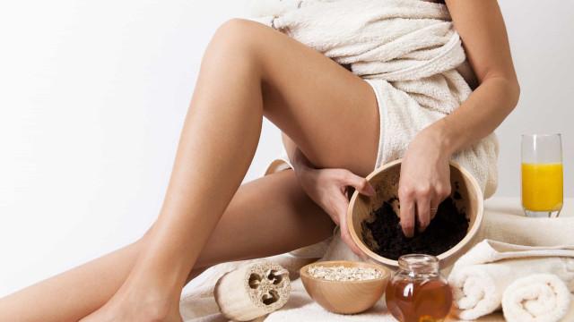 Pele revitalizada! Prepare este esfoliante de café para corpo e rosto