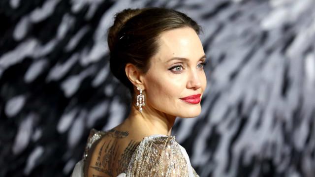 Angelina Jolie vista na paria com filhos durante pausa nas filmagens